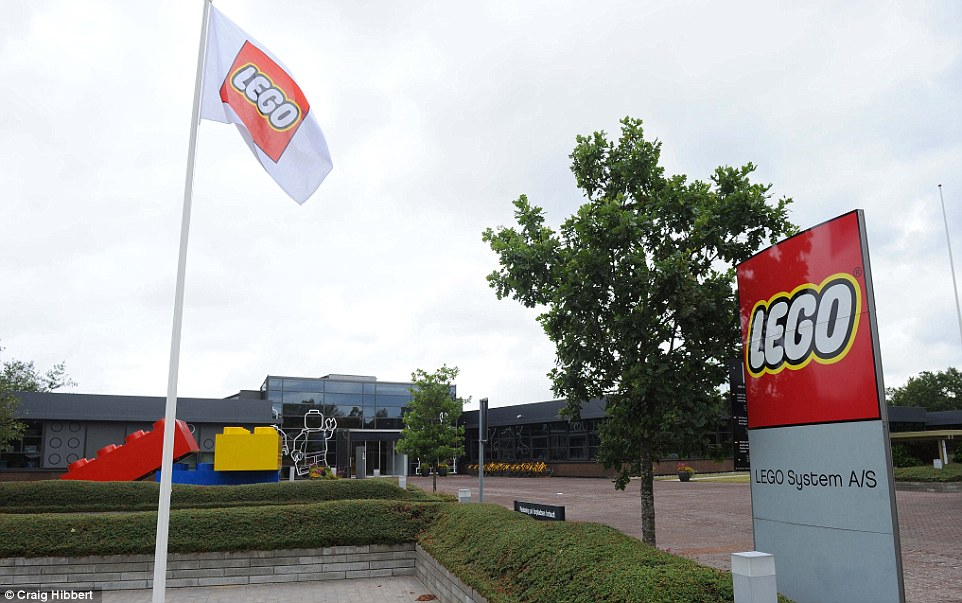 2F99B20100000578-3373520-Looking_in_Outside_the_Lego_Factory_in_Billund_Denmark_which_has-a-18_1451211615164